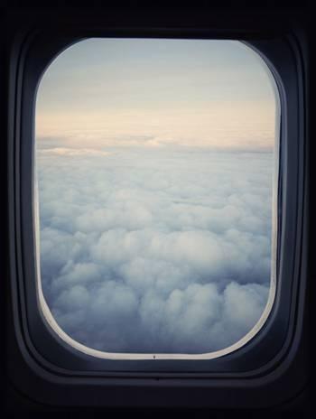飞机舷窗的双层玻璃上总是有一