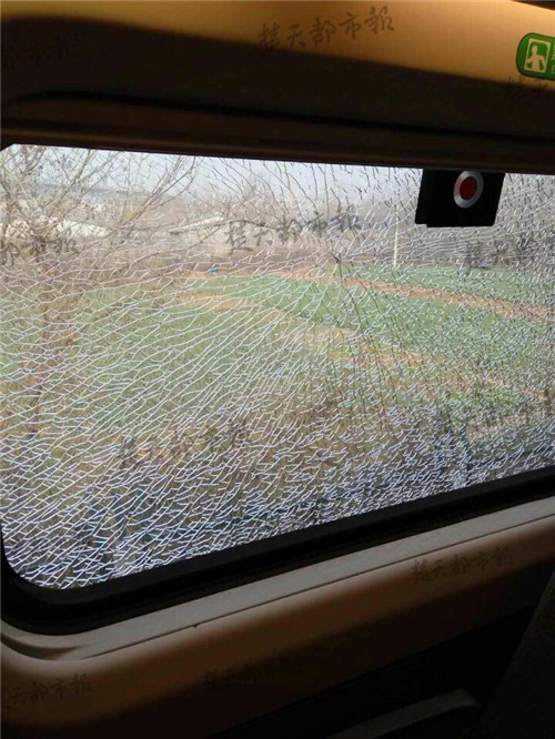 其中一列动车车窗玻璃被弹起的碎石击中出现裂纹.
