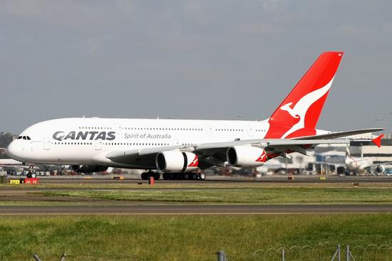 资料图:澳航A380客机。  澳洲航空公司宣布,将开通世界上直航距离最长的波音梦想客机航线,单程飞行时间约17小时,往返澳大利亚西部城市珀斯和英国首都伦敦。   澳航说,随着订购的波音787-9型客机明年交付,这条长14498公里的航线有望在2018年3月投入运营。   澳航首席执行官艾伦乔伊斯说,这条航线的开通将极大便利旅客往来澳大利亚和英国。澳洲航空1947年开创了往返伦敦的袋鼠航线,需要4天时间9次转机才能到达目的地,他说,现在从珀斯只要直航17个小时。   新航线开通后不仅