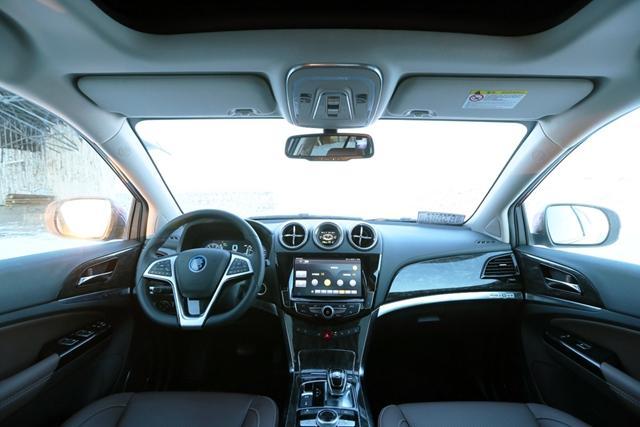 比亚迪唐100内饰 中控方面,唐100配备了升级的带有Carpad安卓车载系统的10.1英寸大屏幕,同时新车将新增第3排座椅,采用7座布局,且支持多种座椅布局,实用性得以大幅提升。 配置方面,比亚迪唐100将配备电动尾门、全景天窗、PM2.5绿净系统、前排座椅通风加热等。安全配置方面,新车将新增自适应巡航、盲区预警、全车360度影像等。