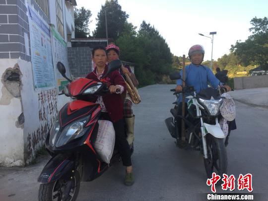 下午时分,村民骑着摩托车扛着锄头下班回家。刘鹏 摄   我自己家种的是红提,一年一熟,市场好的时候每亩能卖3万多。当地村民赵灿珍说,而在基地里的葡萄一年两熟,每亩能卖十多万元呢。通过葡萄产业的发展,2016年,萂村脱贫63户210人,村民对未来的生活充满了希望。   同样,在湖北省保康县的简槽村,当地依托高海拔、气候、劳动力等优势,联合烟草部门在村里推广烟叶种植,烟叶种植属于订单农业,价格相对稳定。正是由于烟叶种植,2016年简槽村人均年收入已有一万余元。此外,简槽村还因地制宜大力发展起了高山辣椒产业