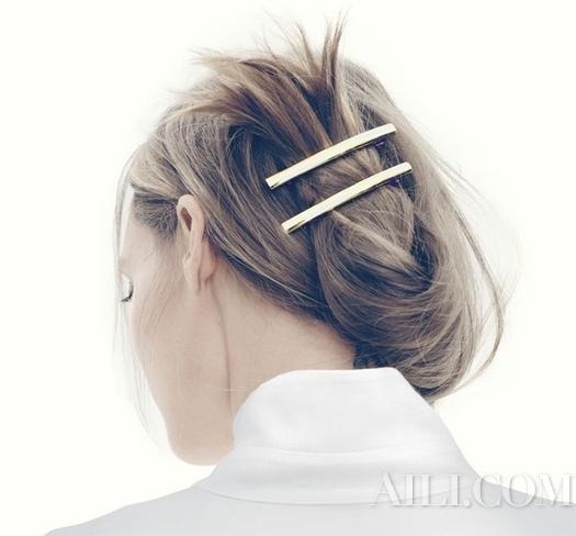 清爽盘发 x 大金发夹   每个女生家里应该都有一些看腻的大发夹,尤其这种金色的大发夹,看起来有点像姥姥年代的复古东西,很快就过时了,不过用在夏天,可是意外地方便好用呢!   小技巧是在头发低点,编一小段松松的三股编,再将头发整盘上去,不但可以改变长发的造型,夏天想要清爽的工作又不失时尚就靠这招啦!