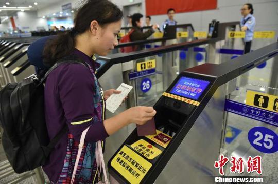 上海机场口岸新增27条入境自助通关通道