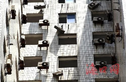 新宏基大厦上的空调外机倾斜脱落 (海口网记者 张俊其 摄)