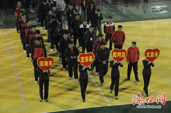 海南省排球男子9人排球赛运动员裁判员进场(    摄) -海南9人排球赛
