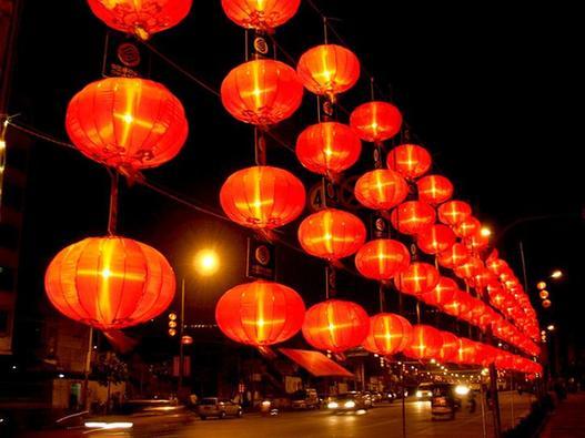 近日,府城朱云路段己挂上,一排排大红灯笼,为今年闹元宵九大活动做