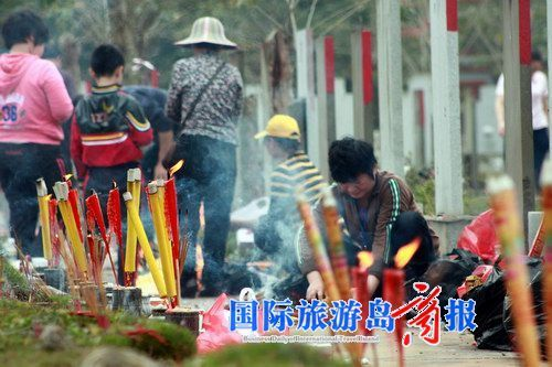 清明节多了些花香 海口市民祭扫更文明了