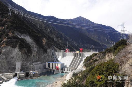 海口网消息6月1日 5月28日,从西藏单机容量最大的水电站老虎嘴水电站建设现场传来捷报,由武警水电二总队承担安装的电站第二台机组1号机组顺利通过72小时试运行,正式并网发电,这是武警水电部队为西藏和平解放60周年献上的一份厚礼。    老虎嘴水电站工程是西藏自治区十一五电力发展规划的重点建设项目之一,是缓解藏中电网缺电的骨干电源。该水电站工程位于西藏自治区东南部的林芝地区工布江达县巴河干流上,是巴河巴松湖以下河段梯级开发规划的第七个梯级电站,施工区平均海拔3300多米。电站总投资12