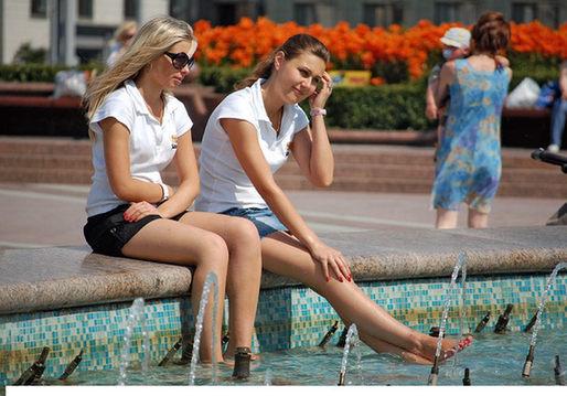 俄罗斯美女爱喷泉! 海口权威新闻门户网站