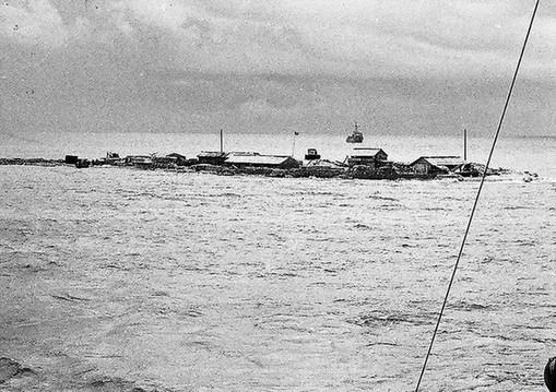 毕生礁(Bisheng Jiao)在北纬8度5659分,东经113度3944分范围内。在盘仔南13.5海里。为一长约9公里、宽约2公里的环礁。低潮出露,环礁南侧有礁门,16吨帆船可进出。东北部有0.6米高的小沙洲,西南有礁石出水。1935年公布名称为披尔逊岛。1947年公布名称为毕生岛。我国渔民向称石盘。1983年公布毕生礁为标准名称。有些外文图书称为Pearson Reef.