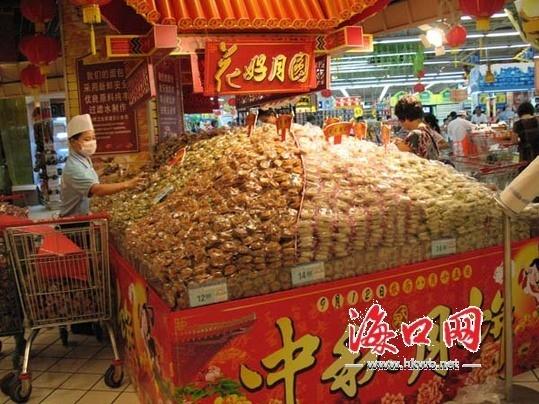 超市里堆成小山的月饼.(记者 谢舒摄)图片