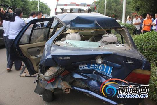 小轿车车后厢严重变形(记者陈望摄)   海口网11月7日消息11月7日上午7时20分许,海口新大洲大道琼北车管所路段发生一起四车连环相撞的交通事故,该事故造成五人受伤。   事发后,记者赶到现场看到,四车均受到不同程度的损坏,蓝色的吉利轿车受损尤其严重,该车驾驶室大门敞开,后备箱受到严重的撞击完全凹了进去,而一辆出租车的车头也严重变形。现场一片狼藉,玻璃碎片散落一地。交警部门正在对现场进行勘察。   小货车司机告诉记者,事发前,他将车停在该处,刚下车到路边吃早餐,就听到嘭地一声,回头一看,原来是