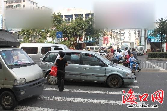 邢东伟)去年1月3日,滨海大道滨海商业街斑马线处发生车祸,造成2死3伤.