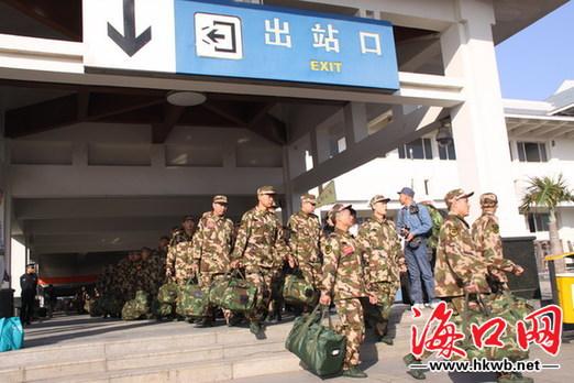 武警新兵走出海口火车站