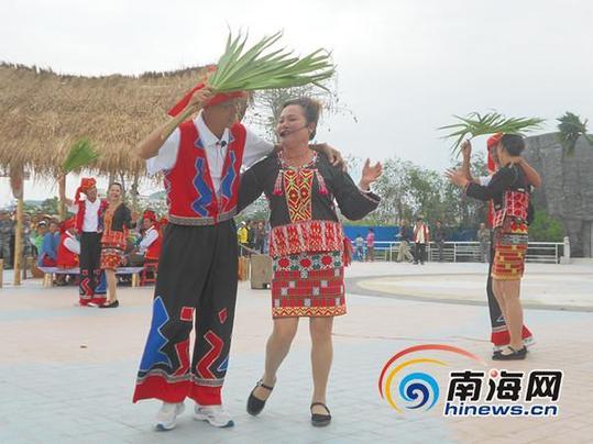 昌江代表队表演《爱就爱到底》深受民众喜爱(记者刘丽萍摄)