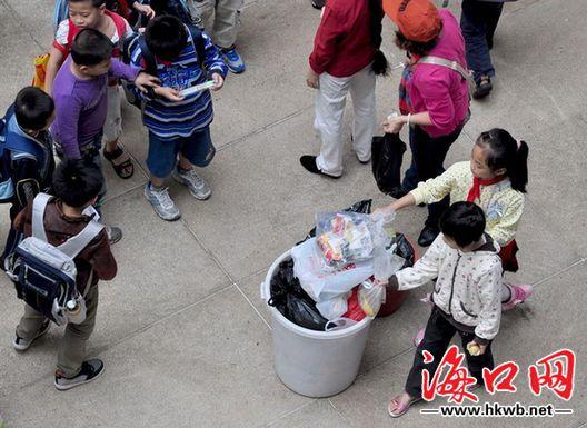 这群小学生不扔垃圾——好样的