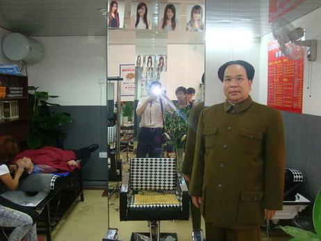 """海口美发店巧遇""""毛主席""""引来众多市民围观"""