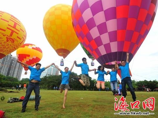 """""""大熊猫"""",""""品味之城"""",""""京剧脸谱"""" ……色彩斑斓的热气球绽放在绿色的图片"""