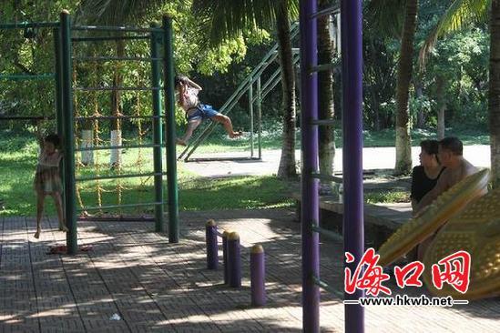 海口:公园内健身器材安全防护不到位 运动地面
