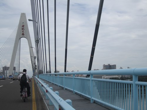 海口世纪大桥斜拉索包蓝色膜纸 防止雨水再次渗入