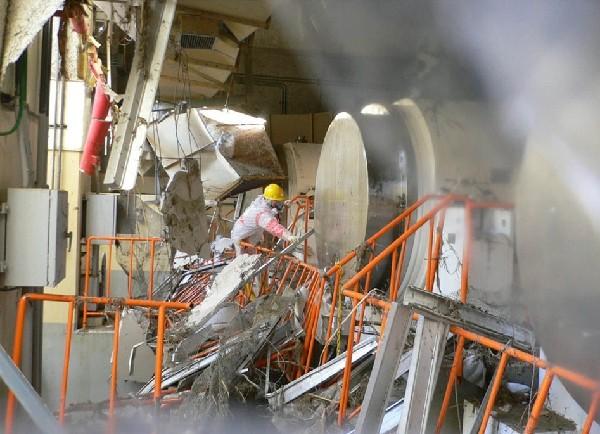 发生氢气爆炸后的福岛核电站3号机组。    据日本《产经新闻》2月4日报道,东京电力公司1日公布了2145张福岛第一核电站发生核泄漏事故时的现场照片,重现了当时事故发生时千钧一发的紧张情景,并为世人展示了事故发生后东电敢死队冒死与核辐射决战的场景。   这些照片由东电社员和合作企业员工拍摄于2011年3月15日~4月11日期间。照片中记录了福岛第一核电站3号机组发生氢气爆炸后,反应堆内部冒烟的情景。