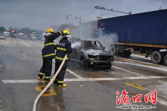 消防给皮卡车灭火   消防人员赶到后,经过十几分钟将大火扑灭,但皮卡车已经烧成空架子,而且油箱经过高温炙烤后开始漏油。于是消防人员对泄漏到路面的汽油进行稀释。随后,交警和消防人员引导车辆缓慢通过事故现场,道路渐渐恢复畅通。   据记者现场了解到,皮卡车起火时车内只有驾驶员一人。   相关链接: