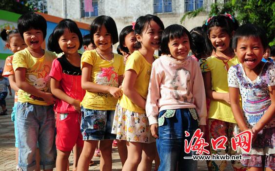 演丰镇中心幼儿园的小朋友们手拉手去上课.