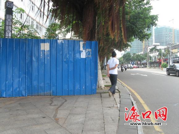 海口西沙路口铁皮围栏霸占人行道 近半个月无人管 高清图片
