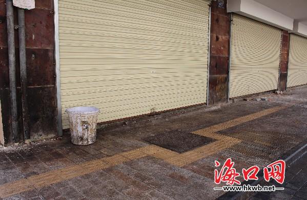 老街上肮脏的垃圾桶