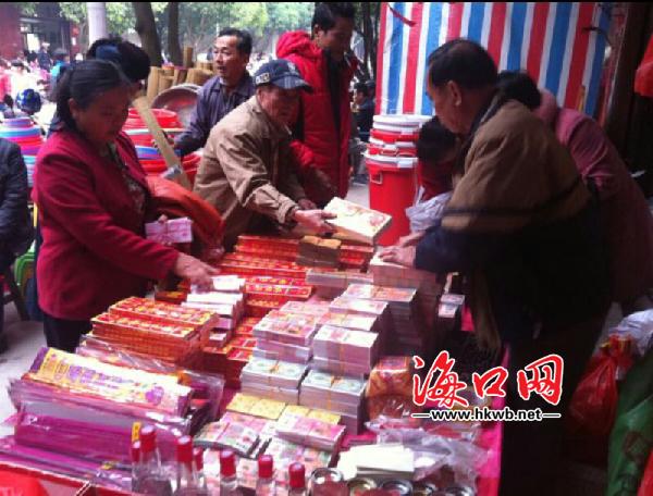 颜春岭/市民正在购买祭祀用品(林小姐提供)...