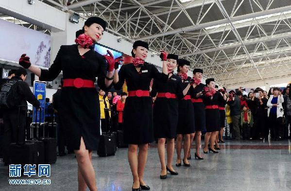 兰州/2月14日,东航甘肃分公司工作人员在兰州中川机场表演舞蹈。