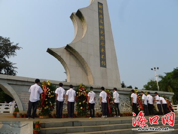 海口1100名团员缅怀解放海南岛烈士 墓前宣誓表决心