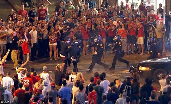 美国警察校内平大学生骚乱 学生混乱中不忘自拍