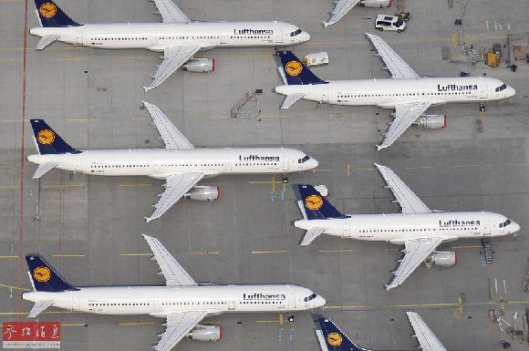 这是德国汉莎航空的飞机停在法兰克福机场的资料照片