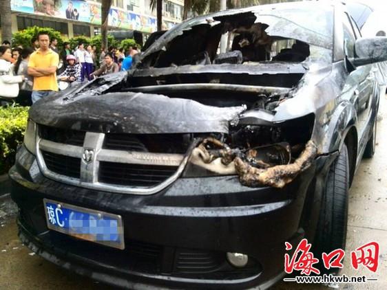 海口金盘路一辆道奇越野车当街自燃 无人员伤亡