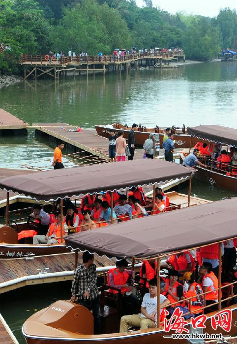 清明假期海口红树林景区风景如画 游客乘船游览