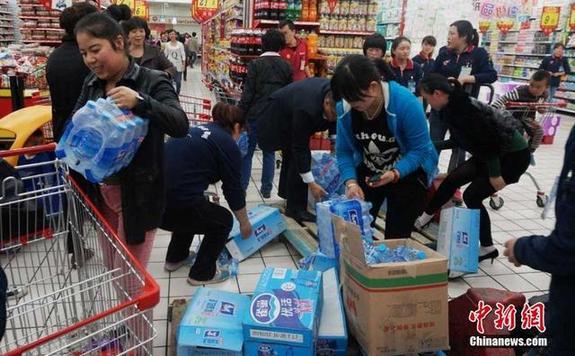 """"""" 而她附近的一家超市在晚上8点半左右,依旧有大批民众在排队买水."""