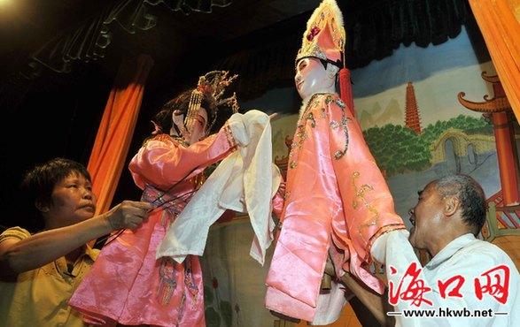 海南公仔戏又称木偶戏,傀儡戏或手托木头戏,是具有地方特色的表演