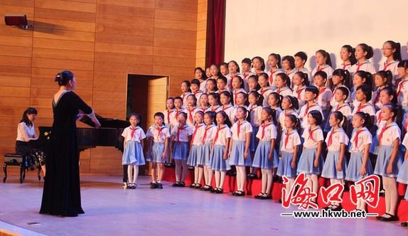 《中国少年先锋队队歌》,可以看出,在排练期间,从队形的编排,到分声部图片