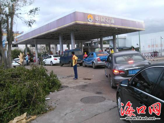 南沙路加油站车辆有序进站加油