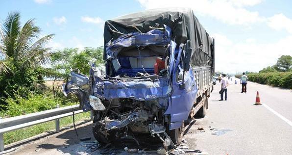 海南环岛西线高速东方境内两车追尾致四死一伤