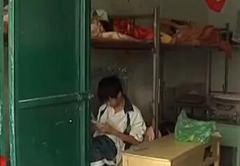 儋州第四中学学生校外租房 男女混住抽烟上网图片