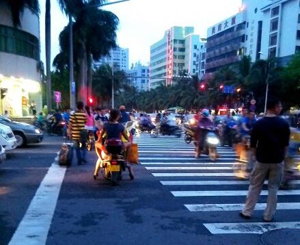 文明东路和白龙南路才常常看到行人和电动车闯红灯,秩序混乱
