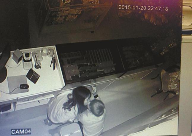 饰品店监控显示一对年轻男女在盗窃成功后热吻