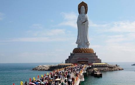 春节期间,南山景区海上观音广场游人如织