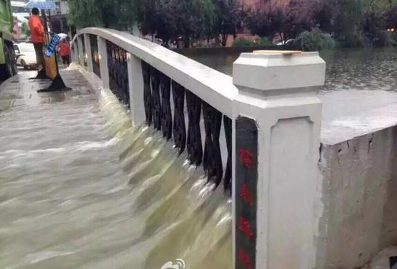上海暴雨牌照_上海暴雨 市民乘皮划艇出行