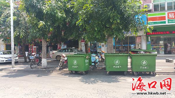 道路两旁增设流动垃圾桶