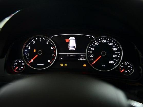 车辆内部,新款途锐采用了白色仪表灯光,中控屏幕上的按键布局也有所变化,此外,该车还使用了全新设计的镀铬旋钮。另据了解,新款途锐内饰还提供全新乌木材质与铝质饰件搭配,以及双色豪华Nappa真皮座椅的选择。