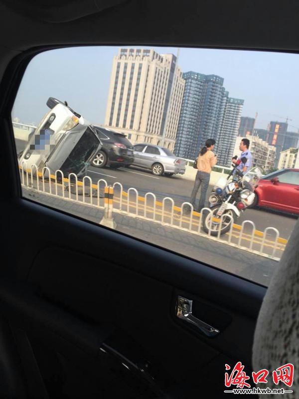 海口世纪大桥发生三起车祸 小车侧翻交通阻塞