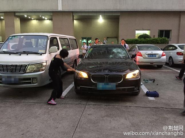 """据【荆楚网】微博消息,19日晚,深圳景田一停车场内,一女子拿着铁锤狠砸一辆价值高达百万的宝马。保安上前阻拦,女子厉声道:"""" 这是我自己的车,你们不要管。这车太脏,婊子坐过的车太脏!"""" 据悉,车确为中年女子所有,砸车或因老公出轨有关。"""